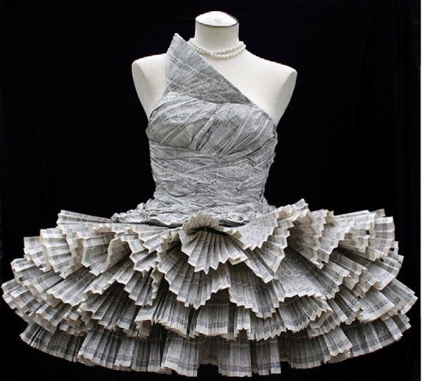 """Платье из телефонной книгиДизайнер этого платья, сделанного полностью из бумаги телефонной книги, - удивительный художник Jolis Paons. Его слова: """"Я плиссировал, скреплял, сшивал и склеивал все вручную, и Вы можете фактически носить его"""""""